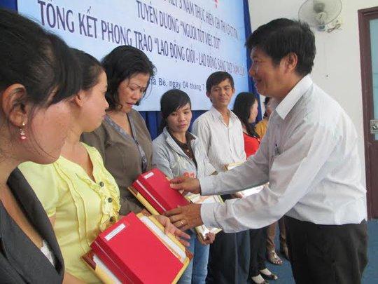 Ông Trịnh Thiện Trung, Phó Chủ tịch LĐLĐ huyện Nhà Bè, TP HCM, trao giấy khen cho cá nhân xuất sắc
