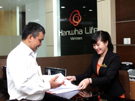 Nhân viên của Hanwha Life tư vấn cho khách hàng