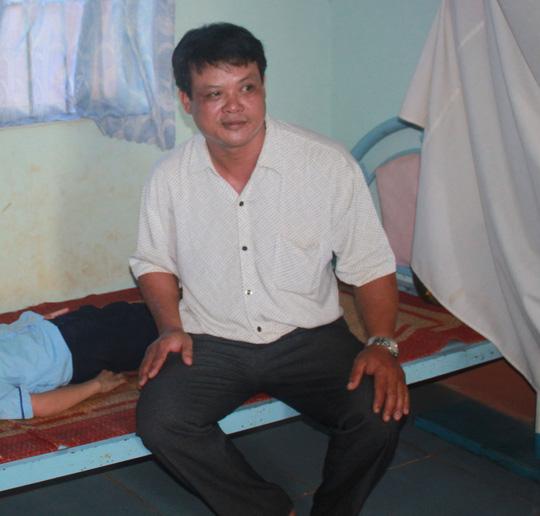 """Ông Nguyễn Xuân Thắng, nhân viên y tế học đường Trường TH Thiện Hưng A, bị bắt về hành vi """"hủy hoại tài sản"""" của phóng viên Bùi Hồng Điệp."""