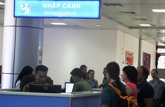 Du khách Nga làm thủ tục nhập cảnh tại sân bay Quốc tế Cam Ranh