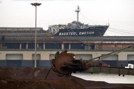 Tàu Baosteel Emotion nằm ở cảng trên đảo Maji, phía Nam Thượng Hải, ngày 22-4. Ảnh: Reuters