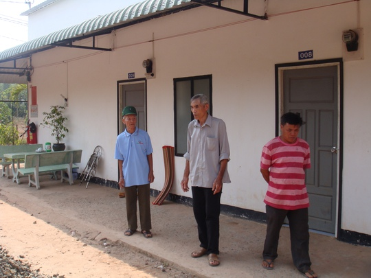 Khu vực nơi bọn tội phạm giết anh Phạm Văn Thiệp vào tối 10-2, sau đó giết anh Đào Xuân Thọ bên ngoài cổng.