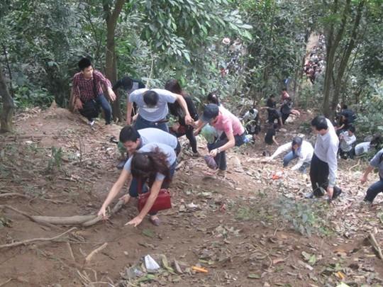 Tuy nhiên, có những người bất chấp hiểm nguy, leo núi để đi tắt lên đền Hạ