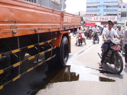 Khi xe bị người dân chặn dừng trên đường Cao Xuân Dục, nhớt tiếp tục chảy xuống đường, tạo thành vũng.
