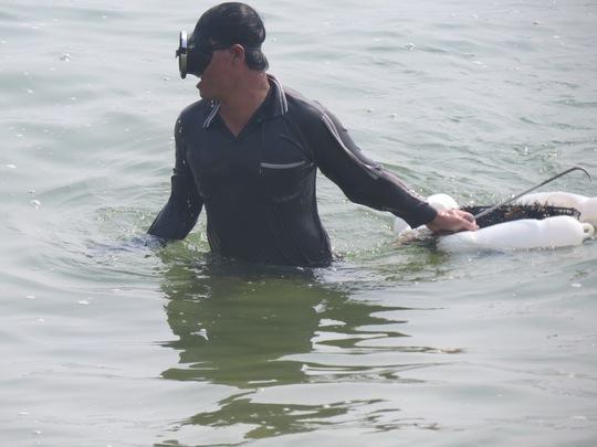 Một thợ săn nhum vừa ngoi lên khỏi mặt nước