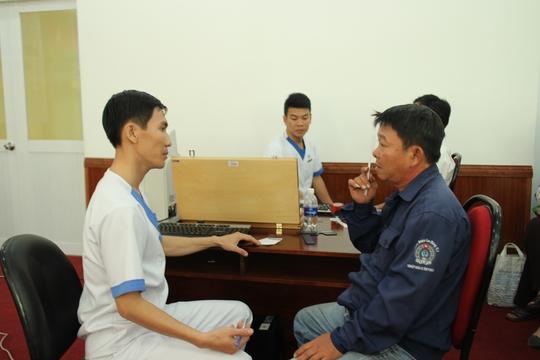 Đoàn viên nghiệp đoàn xe ôm quận 1, TP HCM được khám mắt miễn phí