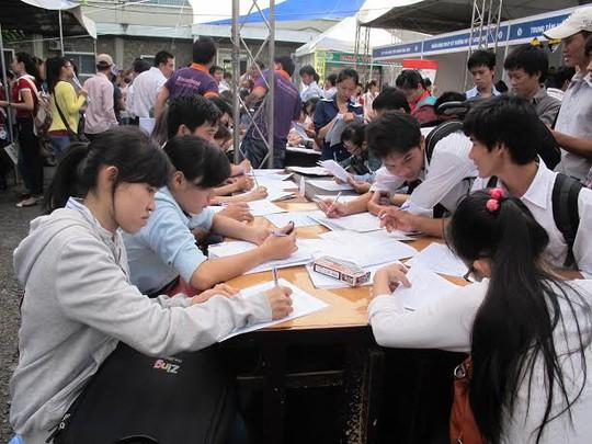 Sinh viên tìm việc tại Ngày hội việc làm 2013 do Trường Đại học Nông lâm  TP tổ chức