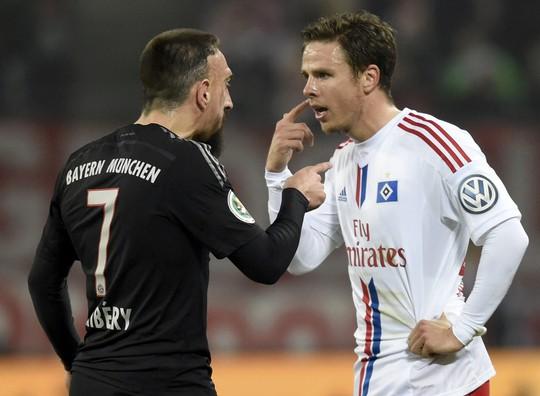 Trong trận, Ribery đã tranh cãi với Nicolai Mueller của Hamburg