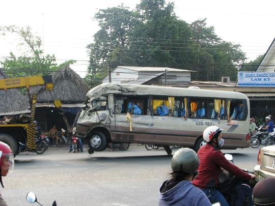 Xe khách được đưa khỏi hiện trường