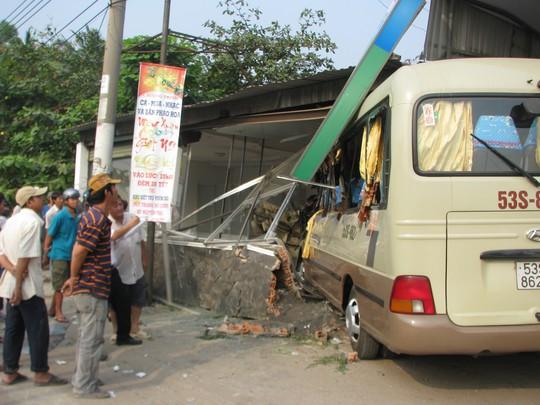Chiếc xe khách ủi nát một nhà xưởng mới chịu dừng lại