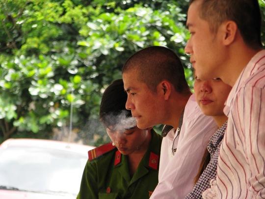 Sang là đối tượng nghiện rất nặng. Trong thời gian chờ tuyên án Sang xin được hút một điếu thuốc