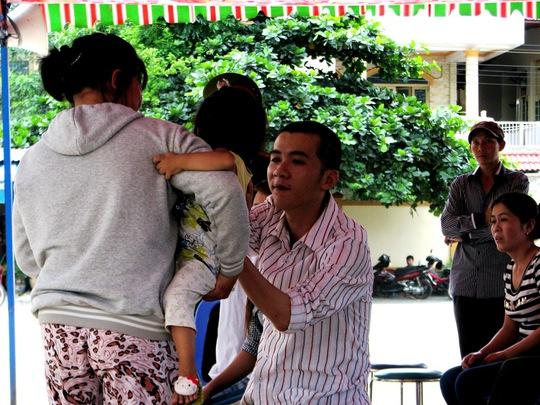 Đứa con chưa đầy 2 tuổi của Thành và Thảo được người nhà mang đến phiên tòa