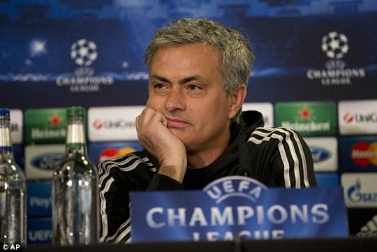 HLV Mourinho trong cuộc họp báo