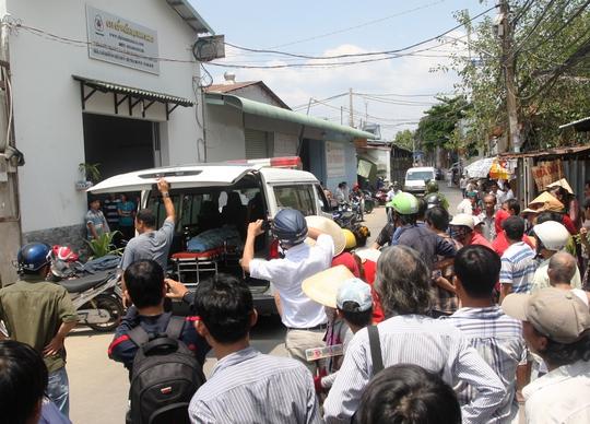 Đến 11 giờ ngày 25-4, thi thể nạn nhân Toàn được đưa ra xe để chở về nhà xác.