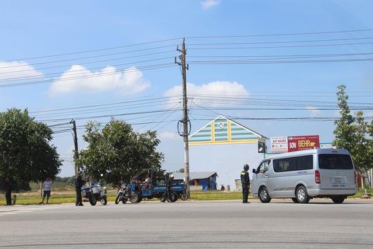 Lực lượng công an phân luồng từ xa, yêu cầu ô tô né đoạn quốc lộ 13 qua cổng KDL Đại Nam