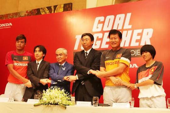 Buổi ký kết tài trợ của Honda với đội tuyển nữ Việt Nam