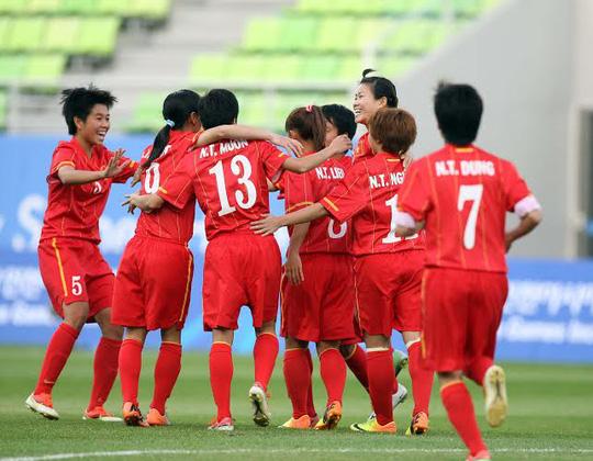 Các cầu thủ Việt Nam ăn mừng bàn thắng