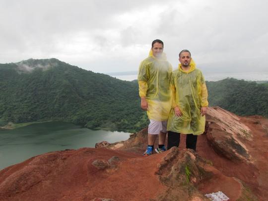 Du khách chụp ảnh kỷ niệm trên miệng núi lửa Taal.