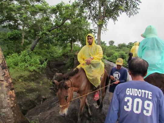 Du khách đi ngựa tham quan núi lửa