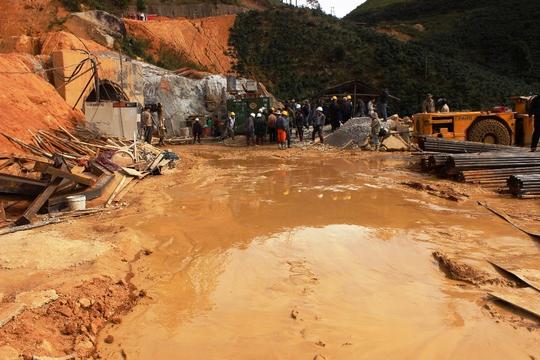 Nước bùn từ trong hầm nơi những người bị nạn được đưa ra ngoài phía hạ lưu