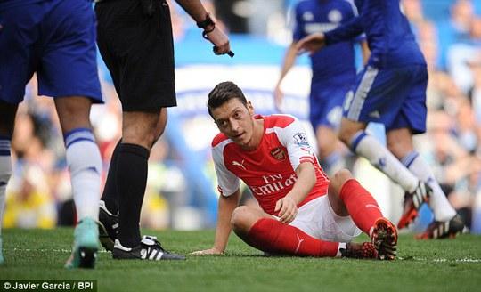 Ozil bị đau nhưng vẫn cố thi đấu trong trận gặp Chelsea