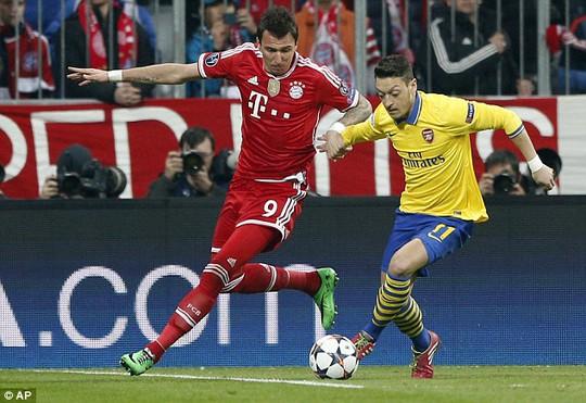 Ozil (phải) mờ nhạt torng trận gặp Bayern