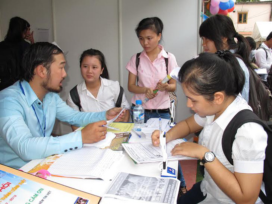 Lao động trẻ tìm việc tại một ngày hội việc làm ở TP HCM
