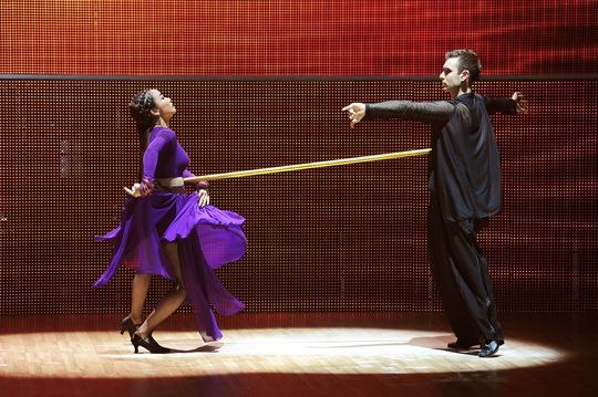 Ốc Thanh Vân mạo hiểm khi sử dụng gậy trong bài nhảy