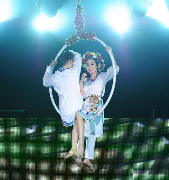 """Bước nhảy hoàn vũ: Ngân Khánh """"bùng nổ"""" với màn múa cột!"""