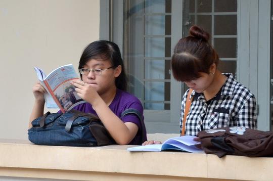 Thí sinh ôn bài trước giờ thi tại Trường ĐH Sài Gòn.