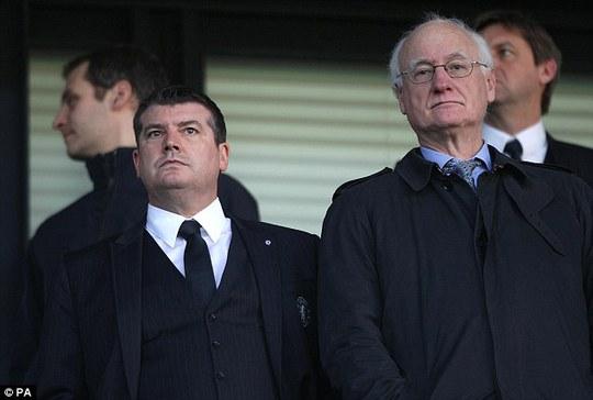 Ông Ron Gourlay và chủ tịch CLB Chelsea Bruce Buck