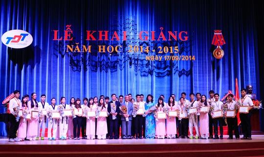 Ông Đặng Ngọc Tùng - Chủ tịch Tổng LĐLĐ Việt Nam trao phần thưởng cho sinh viên có thành tích xuất sắc