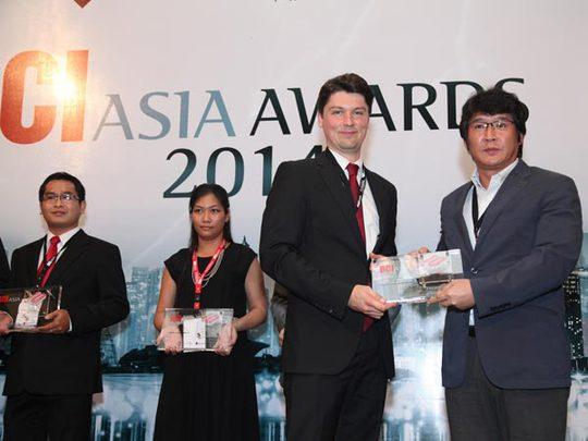 Ông Hong Won Sik, tổng giám đốc LOTTE Mart Việt Nam (bên phải) nhận giải thưởng