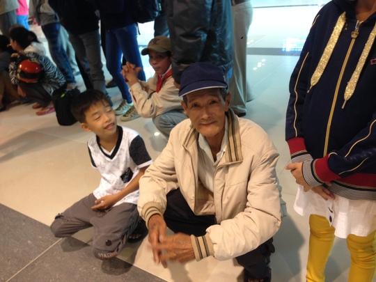Ông Trần Văn Tư ngồi chờ con gái