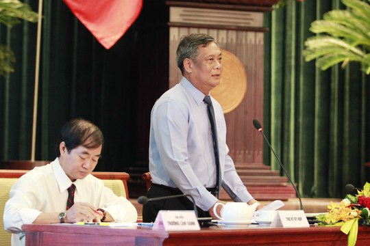 Ông Nguyễn Thành Chung, Giám đốc Sở Giao thông Vận tải TP HCM, trả lời chất vấn của các đại biểu HĐND TP HCM sáng 11-12. Ảnh: H.Triều