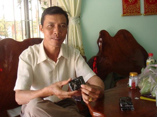 Ông Thân Văn Sáu đang kể về quy trình nấu cao ngựa.
