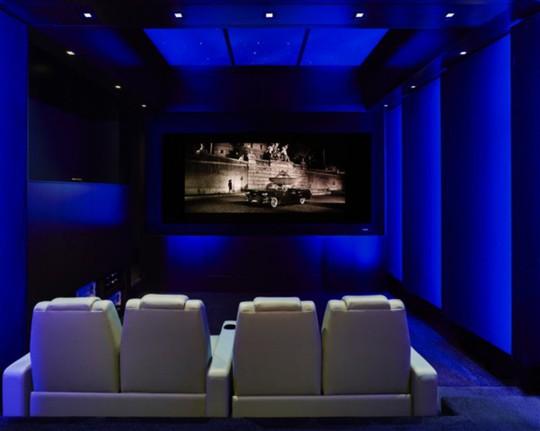 Phòng chiếu phim với hệ thống màn hình lớn, âm thanh hết sức hiện đại.