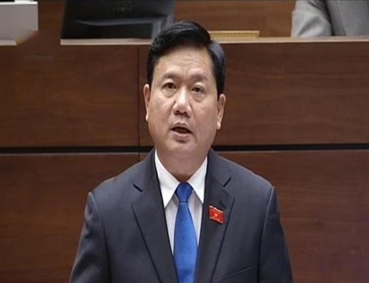 Bộ trưởng Bộ GTVT Đinh La Thăng trả lời chất vấn của các đại biểu Quốc hội chiều 18-11. Ảnh chụp qua màn hình