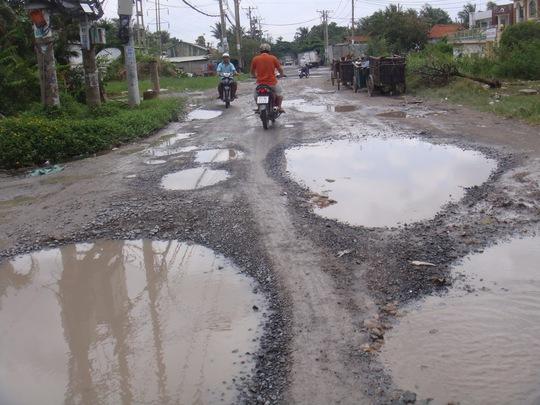 và những ổ trâu xé nát con đường.
