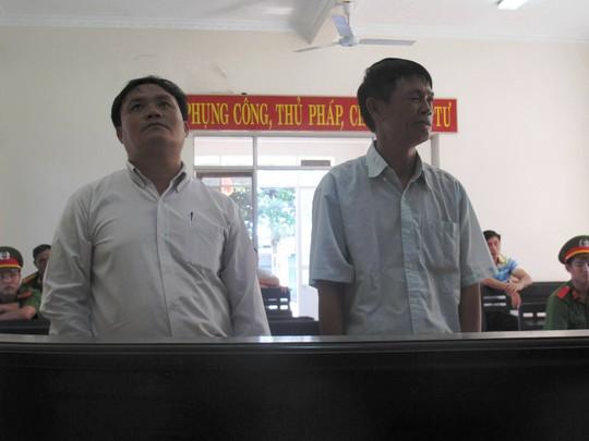 Bị cáo Nguyễn Văn Hoan (bìa trái) và Trần Văn Minh tại tòa
