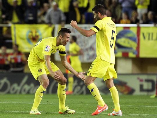 Niềm vui của Paulista và Musacchio sau khi Villarreal dẫn trước Barcelona 2-0