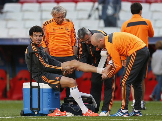 Pepe được các nhân viên y tế chăm sóc trong khi Ronaldo đã sẵn sàng xuất trận (ảnh dưới)