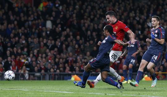 Từ đường kiến tạo như đặt của Rooney, Persie san bằng tổng tỉ số 2-2 ở phút 45 bằng bà thắng nhân đôi cách biệt