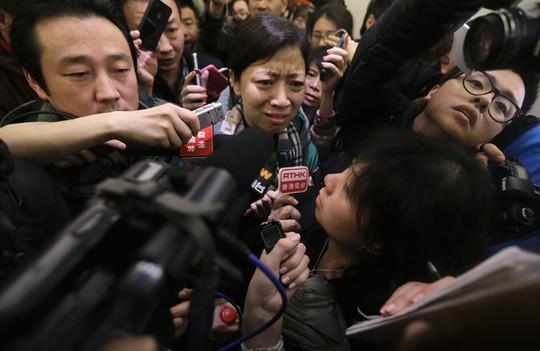 Cánh phóng viên quây lấy một thân nhân của hành khách trên máy bay mất tích (Nguồn: AFP)