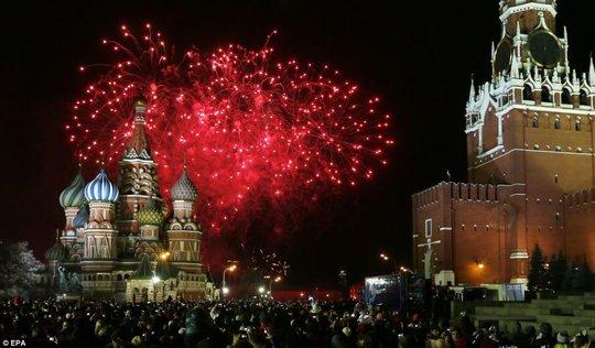 Pháo hoa tưng bừng trên Quảng trường Đỏ ở Moscow - Nga... Ảnh: EPA