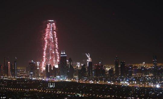 Dubai phá kỷ lục về màn trình diễn pháo hoa lớn nhất thế giới. Ảnh: AP