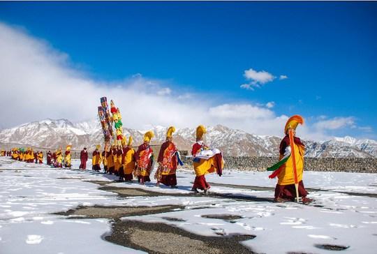 Tăng đoàn Drukpa đi trên băng trong một chuyến bộ hành vì môi trường