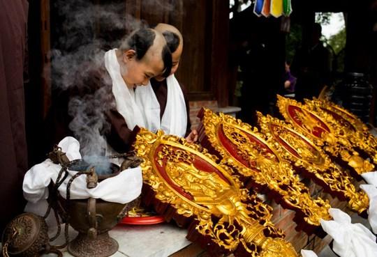 Chú tiểu chùa Tây Thiên Phù Nghì chuẩn bị cung nghinh Đức Pháp Vương