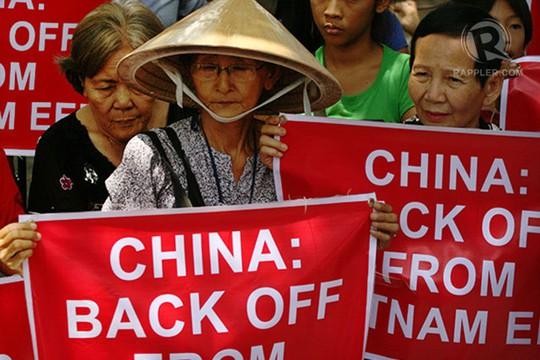 Người tuần hành yêu cầu Trung Quốc rút giàn khoan, tàu khỏi vùng biển của Việt Nam.Ảnh: Rappler