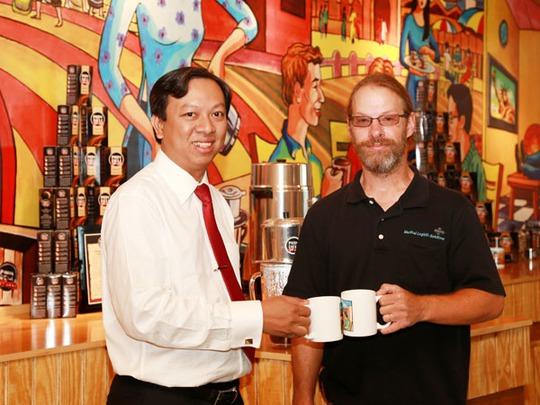 Ông Phạm Đình Nguyên (trái) vẫn là thị trường của Thị trấn PhiDeli ở Mỹ sau khi bán cổ phần cho Công ty Kinh Đô. Ảnh: Nhân vật cung cấp